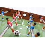 campo da gioco con pallina in possesso al giocatore rosso.